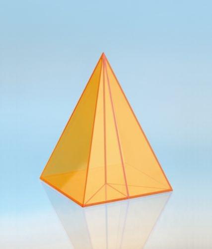 Geometriekörper aus farbigem Acryl, Pyramide mit Quadratgrundflä