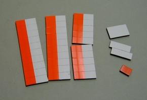 Satz Kippmagnete für Stundenplan, halb signalrot/ halb weiß